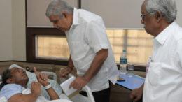 যাদবপুর বিশ্ববিদ্যালয়ের আচার্য দেখতে গেলেন উপাচার্যকে