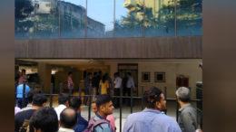 কলকাতার রাস্তায় উড়ে বেড়াছে লাখ লাখ টাকা