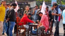 রাস্তা আটকে যাদবপুরে দাবা-ক্রিকেট, ধর্মঘটের অভিনব পন্থায় বামেরা