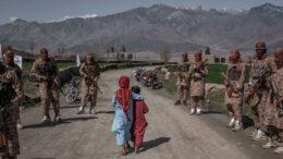 আফগান নারীর অধিকার কেড়ে নিচ্ছে তালিবান