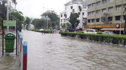 বৃষ্টিতে ভাসছে শহর কলকাতা